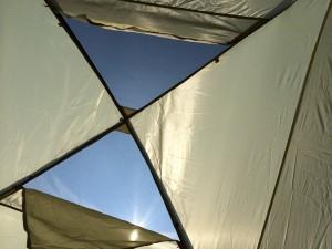 テント設営途中中の様子