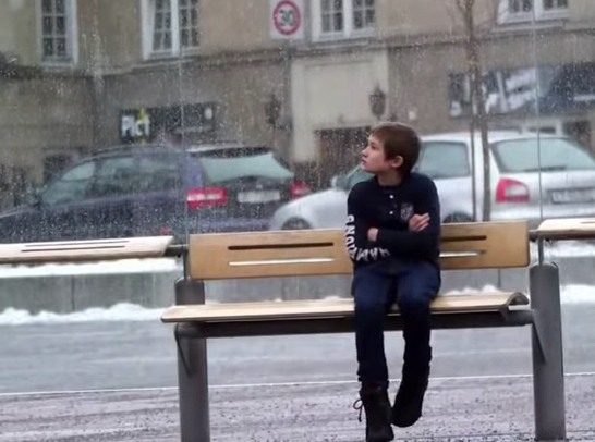 社会実験 「バス停で寒さに震える一人の少年」周りの行動は?